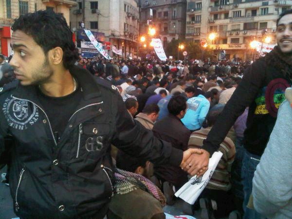 Христиане охраняют мусульман на митинге оппозиции в Каире