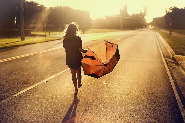 Девушка с зонтиком на дороге