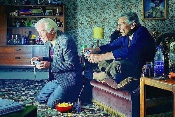 Дедушки играют в компьютерную игру