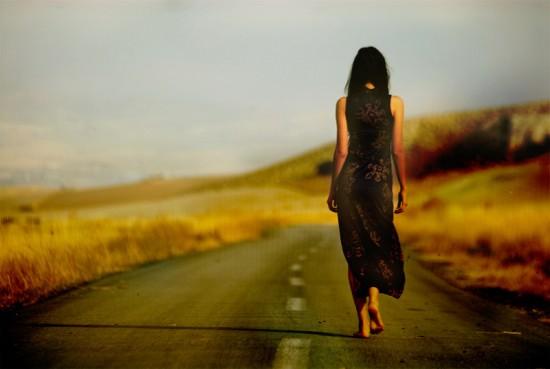 Идущая девушка