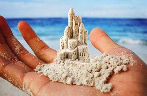 Песочный замко в руке