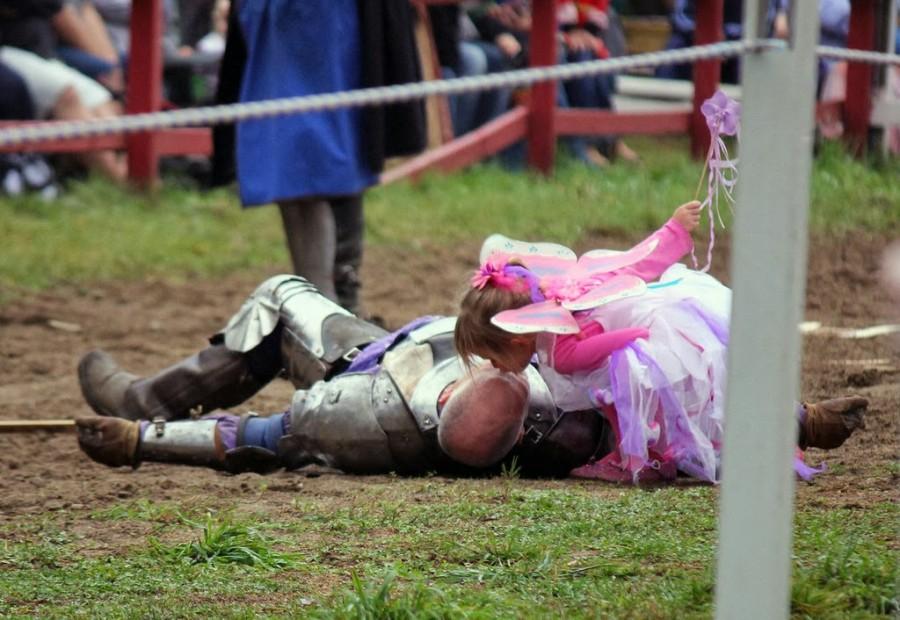 Папу-рыцаря исцеляет дочка-ангелочек.