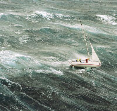 Лодка в шторме