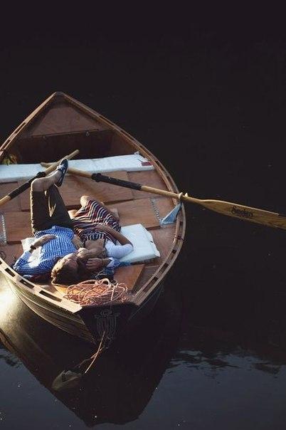 Мужчина и женщина в лодке