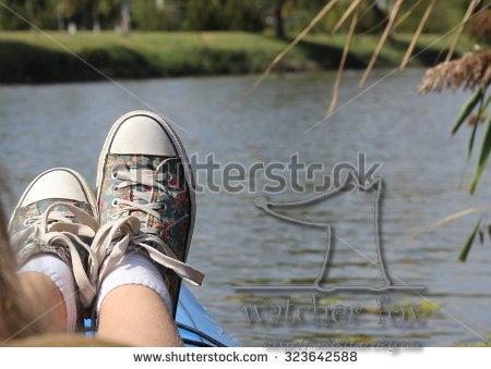 Ноги девушки в кедах