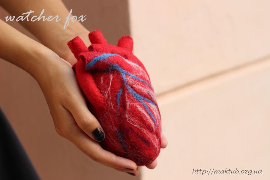 Текстильное сердце в руках