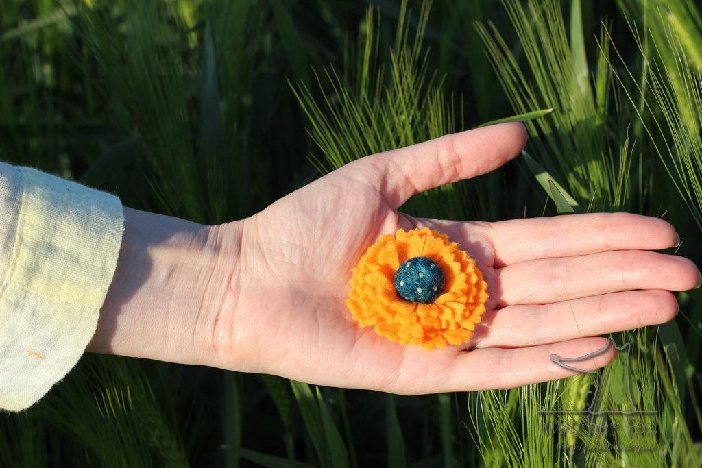 Оранжевый текстильный цветок