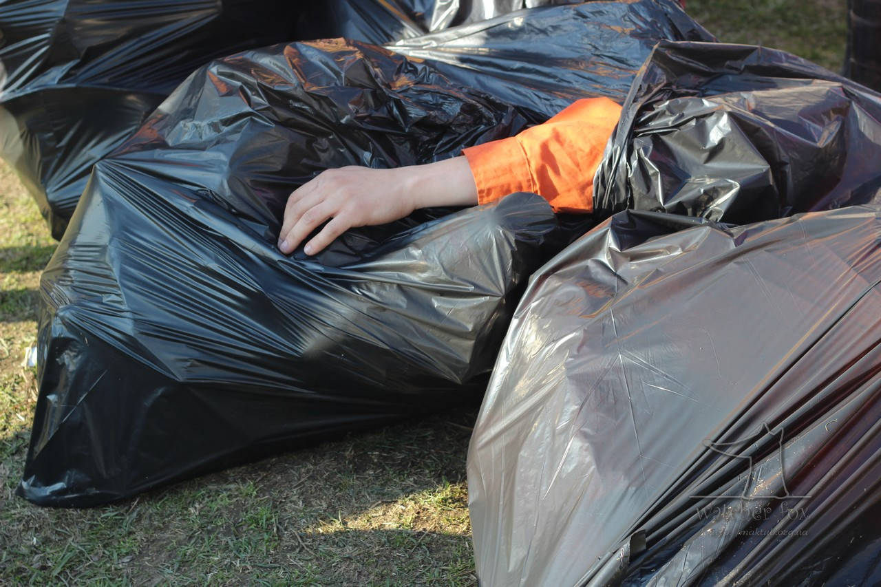 Рука в мусорном пакете