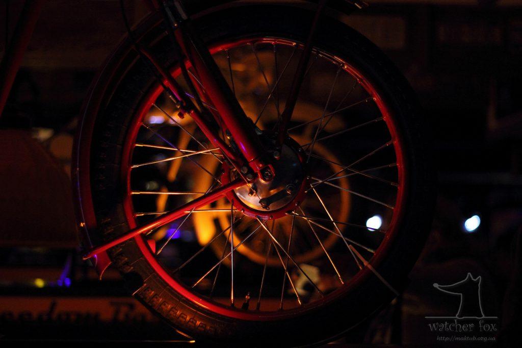 Переднее колесо мотоцикла в баре